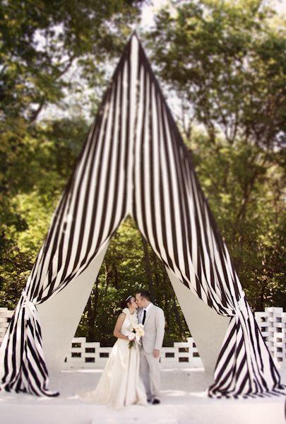 Original carpa para bodas a rayas porque no todo debe ser en blanco.