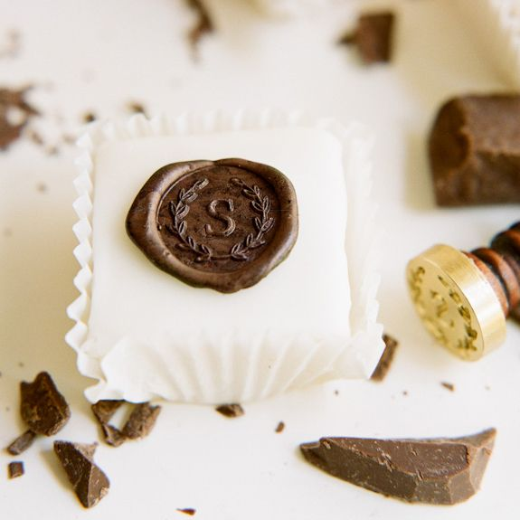 ¿Pensaste en ponerle un sello con monograma a los chocolates de tu boda? Deliciosos petit fours con sello personalizado. Foto y creación de: blog.acandystore.com