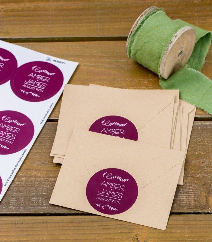 Cómo hacer sellos personalizados para bodas estilo stickers. Estas hermosas pegatinas son una forma divertida de vestir tus invitaciones de boda y hacer que se destaquen. Foto: avery.com