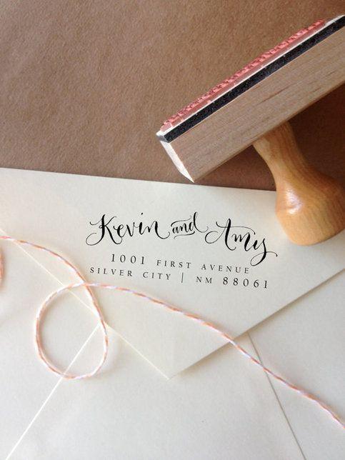 Sellos para bodas con mezcla de caligrafía con una letra tipo bloque para un sello original. Foto: angeliqueink.storenvy.com