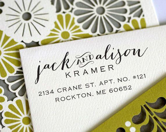 Usa un sello personalizado como caligrafía de bodas.