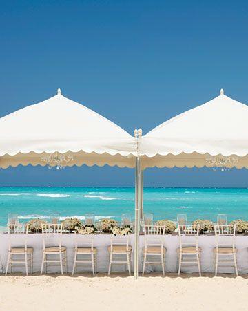 No podemos dejar de mostrar una decoración de carpas para bodas en la playa. Infaltables, ¿no?