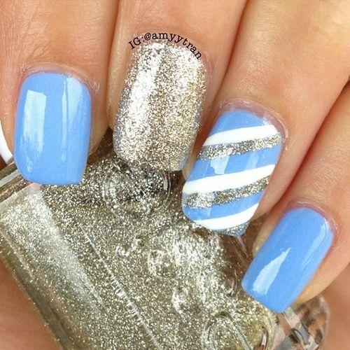 Arte para uñas en azul y dorado con brillo. Una decoración de uñas fascinante.