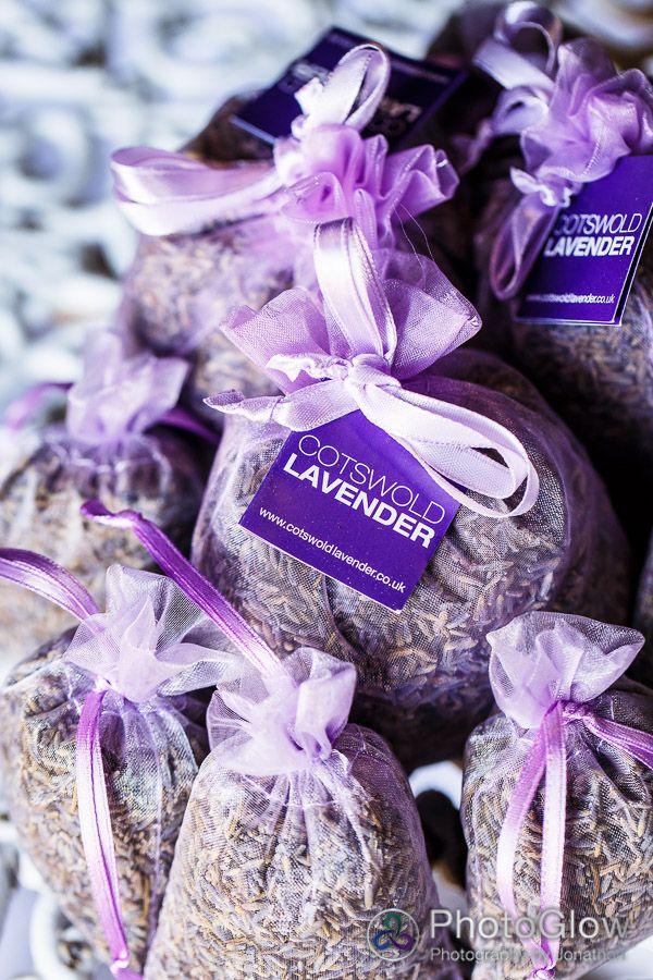 Bolsitas en color lavanda con lavanda para tus invitados de Cotswold lavender.