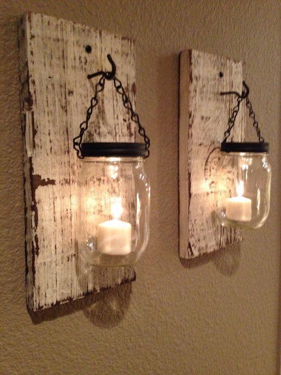 Candelabros de madera rústicos con mason jars.