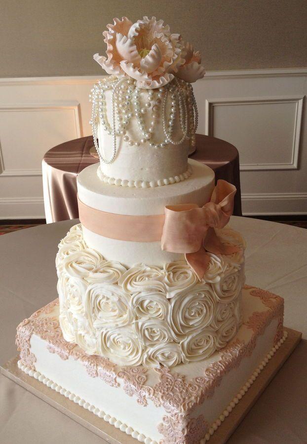 Collares de perlas, volados, encaje y flores de azúcar para lograr las tortas de casamiento vintage.