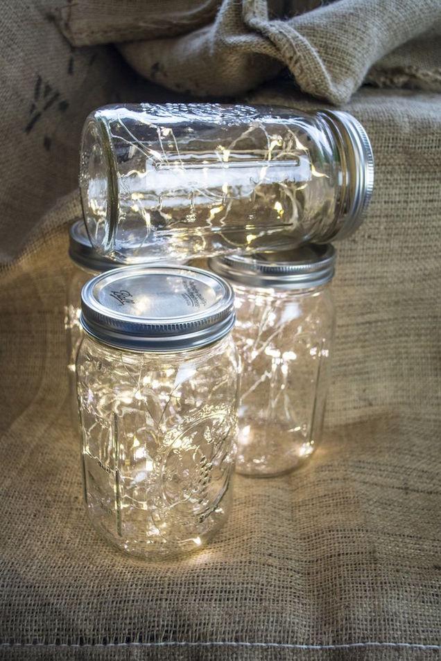 Cómo usar mason jars para iluminar tu boda con luces de navidad LED a pila.