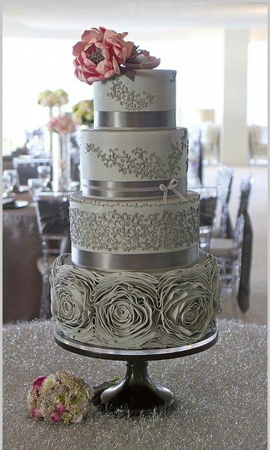Delicado pastel vintage en gris con detalles inspirados en encajes y los volados del vestido de la novia. El brillo del plateado finaliza el look vintage.