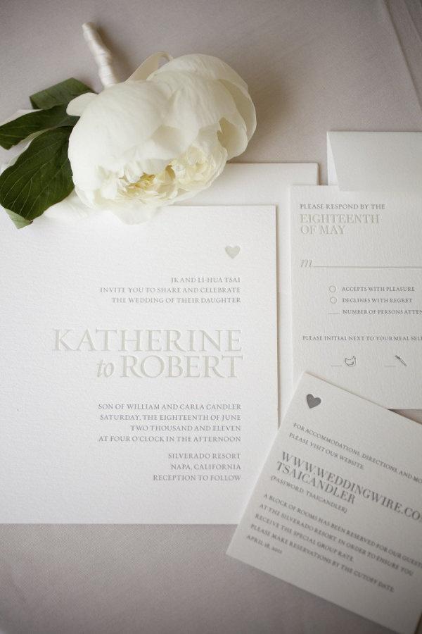 Diseño de invitaciones de boda en letterpress con tinta en plateado y la clásica tarjeta cuadrada, anuncian una boda de altísimo nivel.