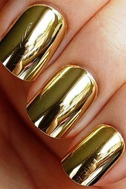 El dorado esta de moda ¿porque no en el esmalte de uñas?