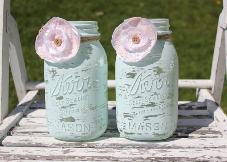 El estilo Shabby Chic en mason jars pintados en acqua con flores en rosa y blanco.