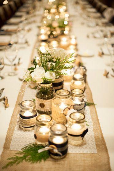 Ilumina tu boda con mason jars. Todo lo que necesitas es agua y velas flotantes ademas de decenas de mason jars decorados.