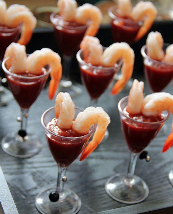 La diferencia entre las entradas o appetizers y las mini foods está en la presentación. Cocteles de langostino.