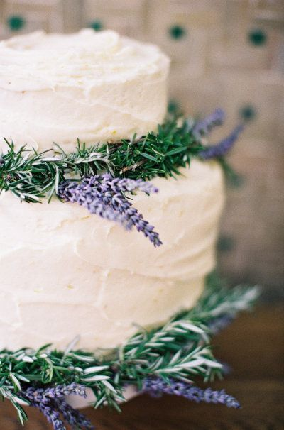 La lavanda en tu boda no se debe limitar al ramo o a las mesas, el pastel se merece un toque de lavanda también.