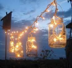 Luces para bodas con mason jars. Esto sería super agradable rodeando la pista de baile al aire libre.