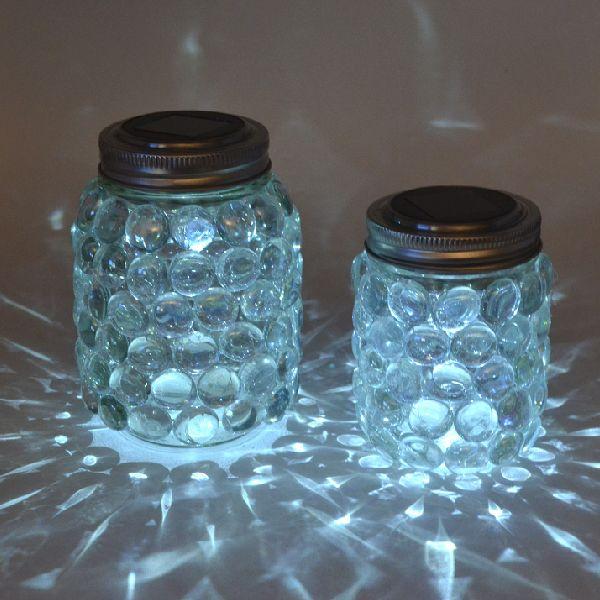 Luz solar dentro de mason jars. Cárgalos durante el día e ilumina la noche de tu boda.
