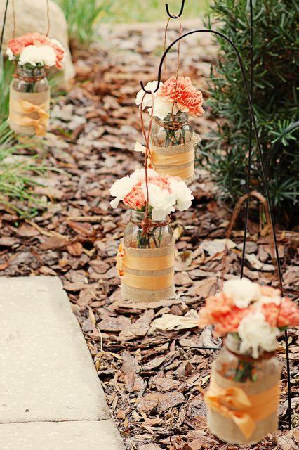 Mason Jars para la decoración de bodas al aire libre con las instrucciones para hacerlas.
