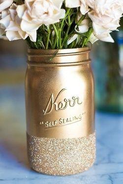 Ideas para usar mason jars para bodas. Mason jars pintados con glitter.