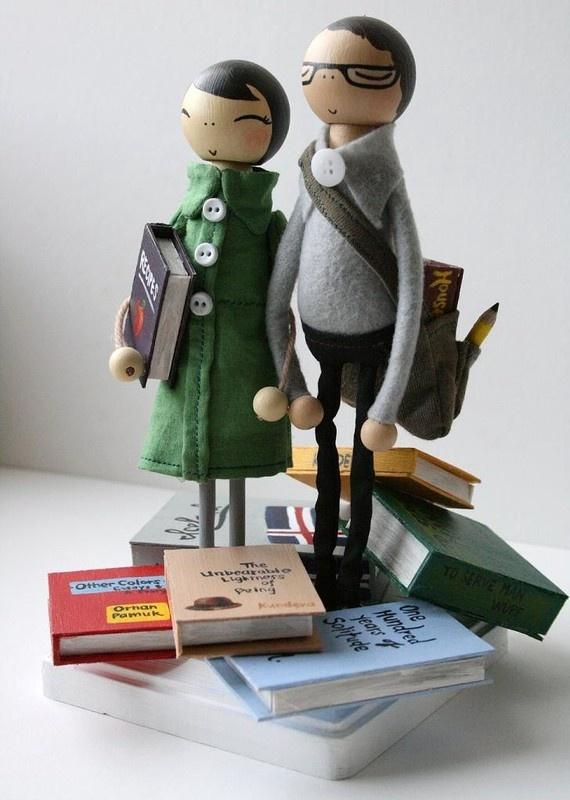 Muñecos de torta personalizados para una pareja literaria.