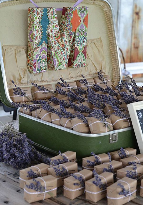 Para una boda wanderlust recuerdos dentro de una maleta con mucha lavanda.
