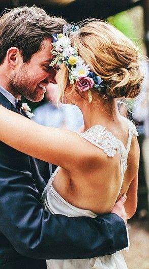 Perfectos para una boda al aire libre, los peinados de novia recogidos con flores son un sueño.