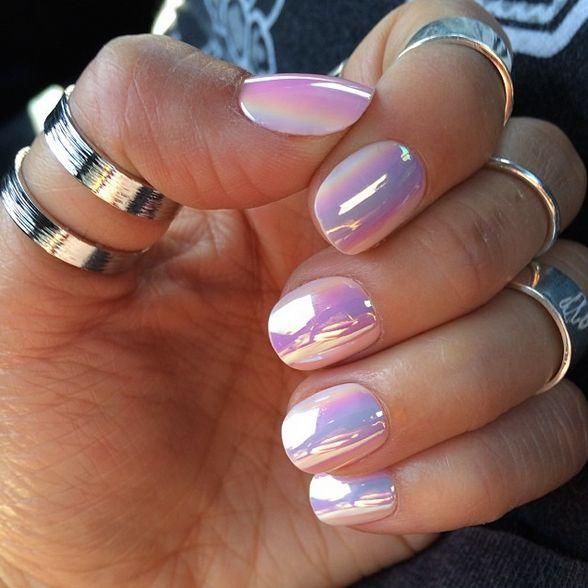 Refleja los colores con un metalizado en tus uñas.