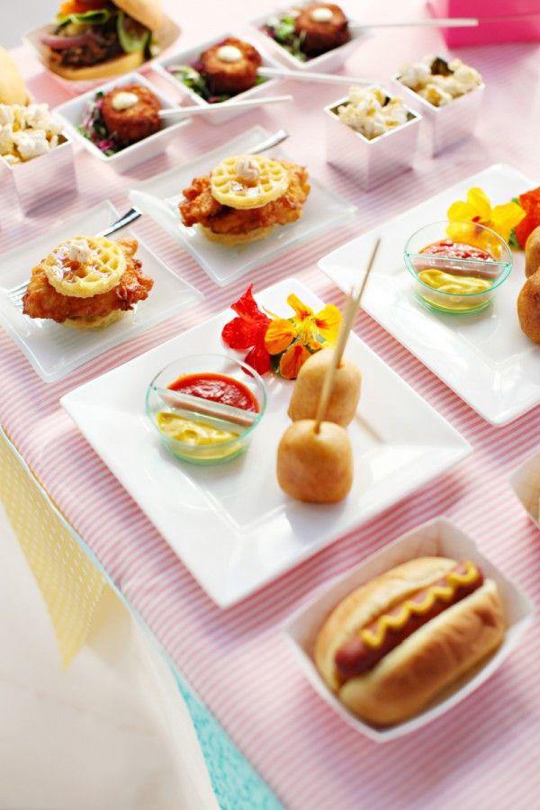 Sirve una variedad de mini foods en tu boda: waffles con pollo, mini hot dogs y más.