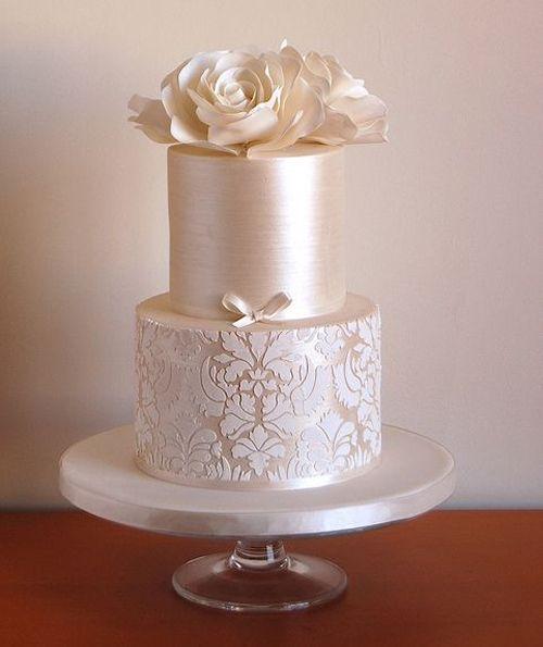 Perfección en plateado. Torta de casamiento vintage perlada con flores en fondant.