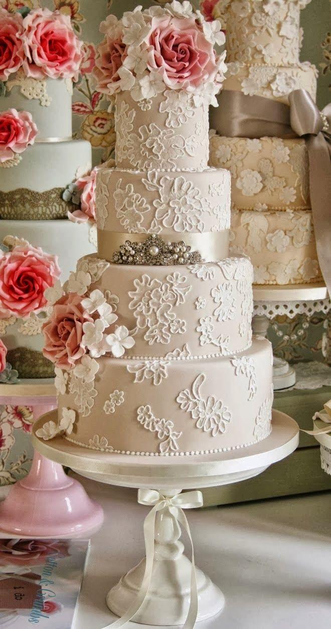 Tortas de casamiento vintage en tonos neutros con encaje, bordados, y broches de joyas sobre suaves cintas de raso.