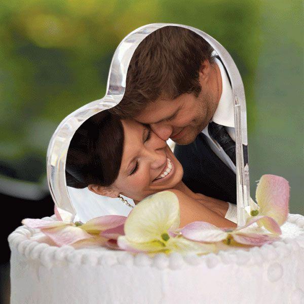 Un cake topper simple pero original: la foto de la feliz pareja en un corazón en lugar de los tradicionales muñecos de torta.