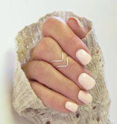 Un look delicado en tonos pastel de arte para uñas.