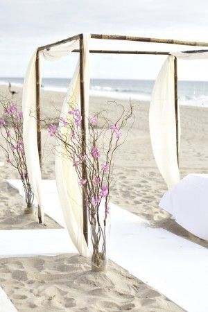 Un toque de color lavanda en una boda en la playa.