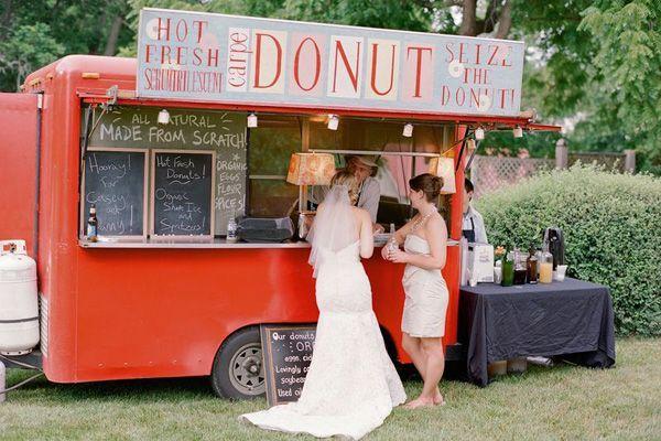 Una idea fabulosa para tu boda, los food trucks para servir mini doughnuts!