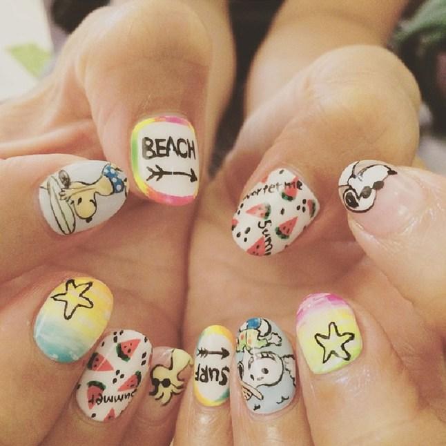 Arte de uñas para una boda en la playa con Snoopy y Woodstock