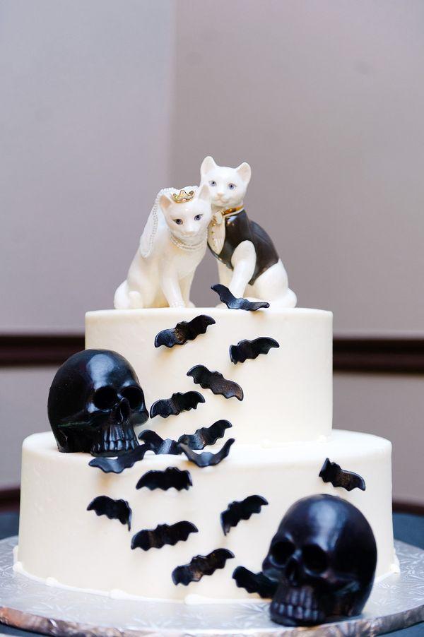Para una boda gótica steampunk, cake toppers inspirados en Halloween.