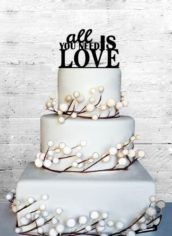 """Nada dice amor mas que los cake toppers con la famosa frase de Los Beatles: """"Todo lo que necesitas es amor"""""""