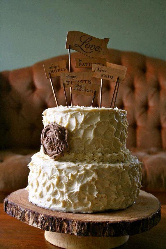 Cake toppers para una boda rústica de arpillera con flor de seda.