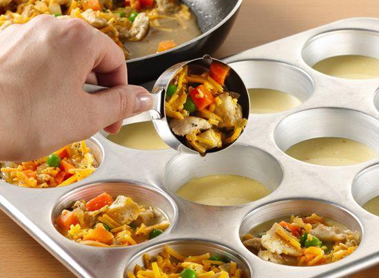 Crea tus propios mini pies! Ultra easy para hacer y un toque personal en tu wedding. Elige tus ingredientes, agregalos al muffin pan, al horno y presto!