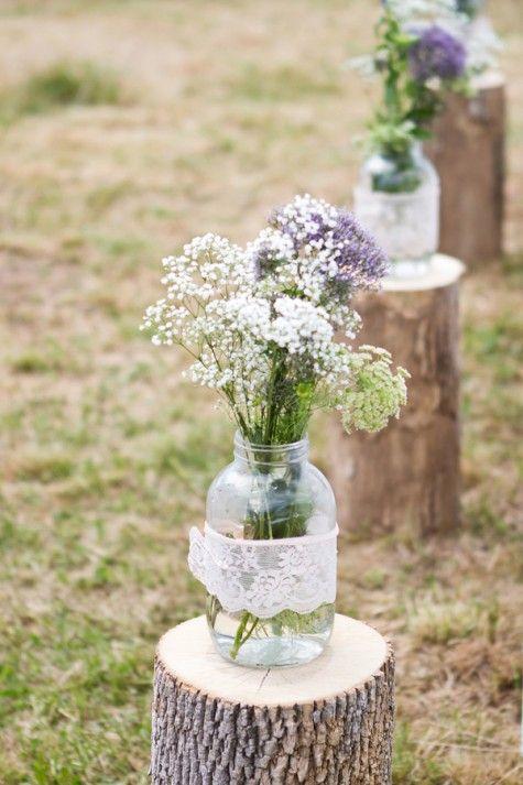 Ideas para usar mason jars en tu boda. Preciosa decoración para bodas boho con mason jars fotografiada por Shannon May.