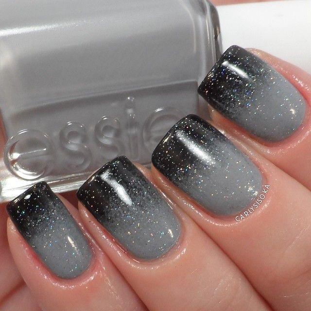 Gris en degradé con glitter. Este diseño de uñas en gris es tan glam que me enloquece