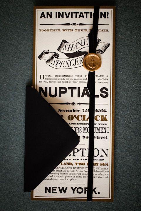 El diseño de esta invitación esta marcado por su formato rectangular y alto, la mezcla de fuentes, y la cinta con sello personalizado.