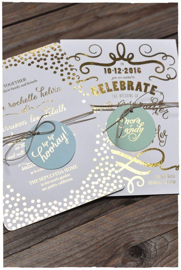 Diseños de invitación con brillo estampado: Un toque de estampado en dorado realza esta invitación rectangular. El toque final esta dado por los círculos en azul pastel atados con cintas doradas.