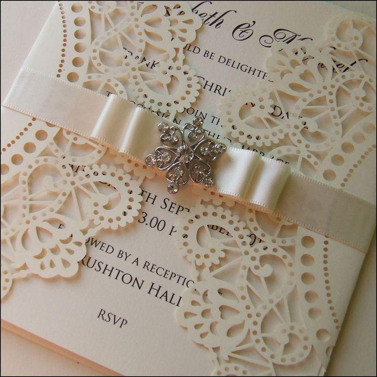 Corte láser, cinta de raso y un broche, para diseños de invitaciones de boda estilo vintage.