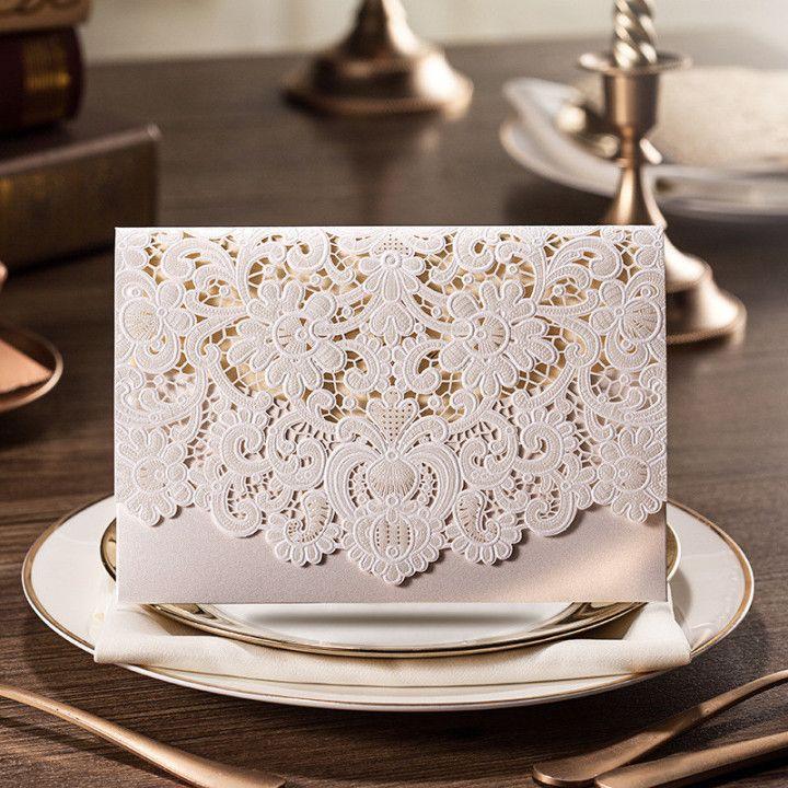 La invitación es en dorado, pero lo magnífico del diseño es el sobre de la misma con corte láser. Diseños de invitaciones de sobres de boda en corte láser inspirado en la tela del vestido de la novia.