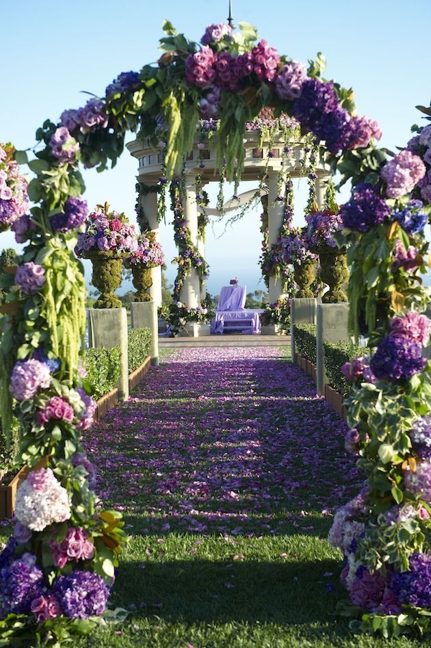 ¿Te imaginas la entrada a la ceremonia en color lavanda, verde y purpura?