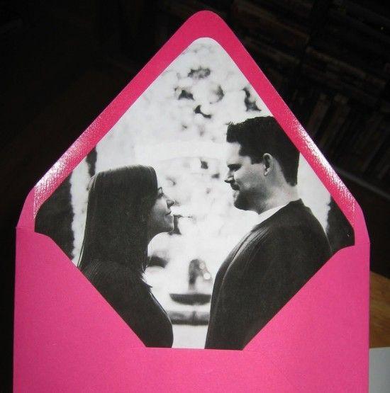 Los diseños de invitaciones de boda siguen hasta en los sobres. Forros de invitaciones personalizados con las fotos de la feliz pareja. Una idea de weddingbells.ca