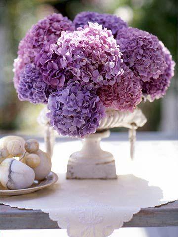 El color lavanda en tu boda con hortensias en tu centro de mesa.