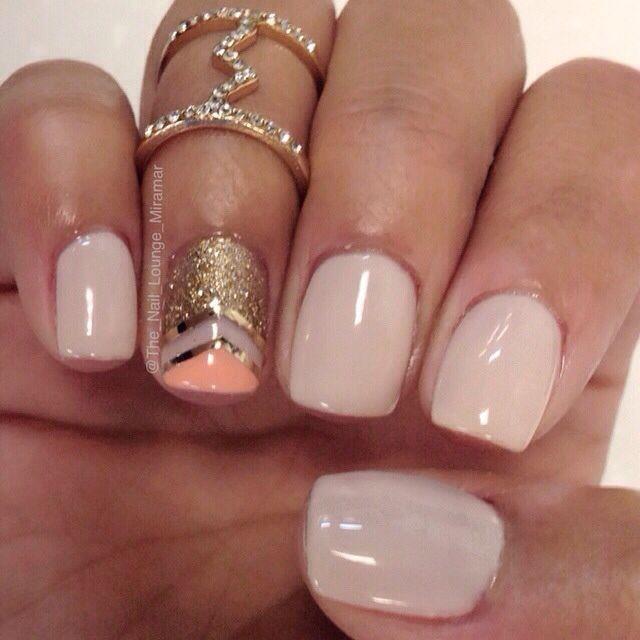 Todo lo que necesitas es una idea para arte de uñas. Ahem! Una simple y elegante nail art en nude, dorado y coral.
