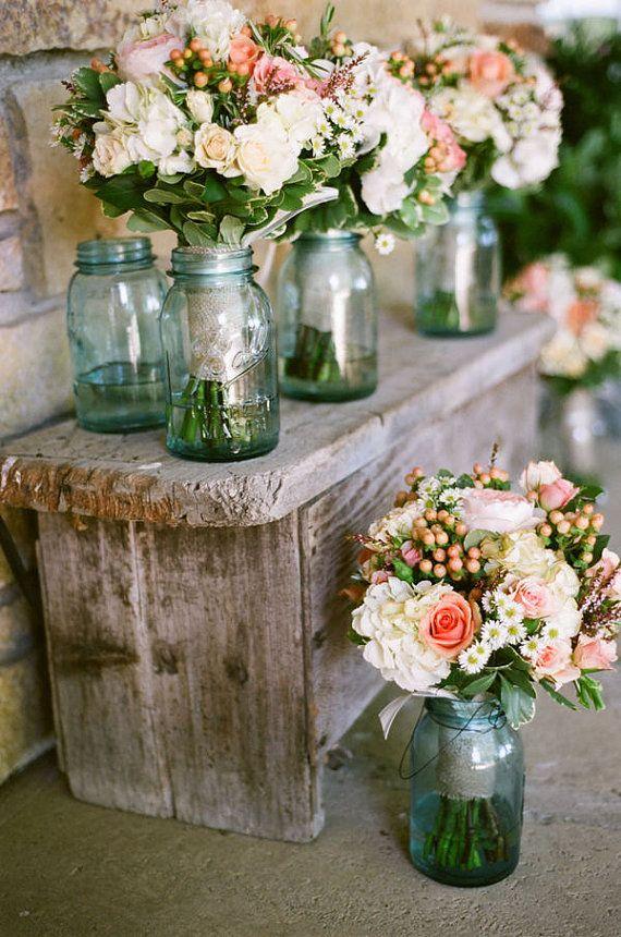 Ideas para usar mason jars en tu boda con solo agregar ramos de flores.