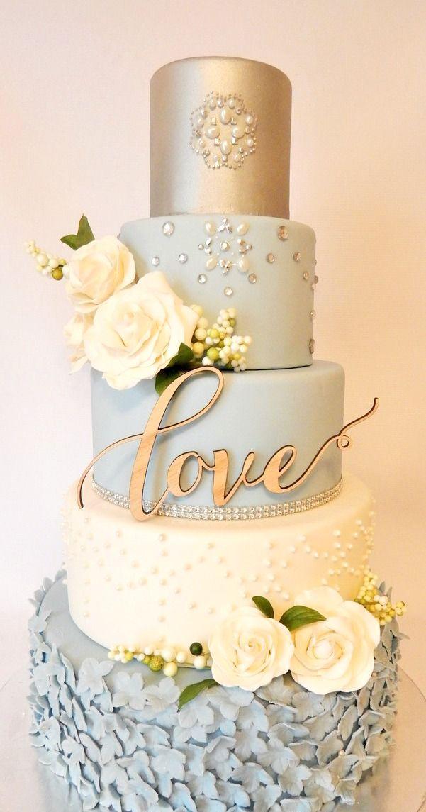 Perlas incrustadas en este imponente pastel vintage en blanco, celeste y dorado diseñado por Rebekah Naomi Cake Design